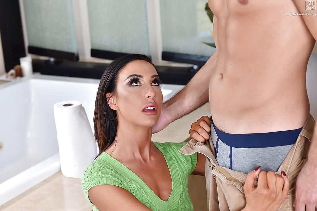 Тридцатилетняя милфа делает минет любовнику в ванной - секс порно фото