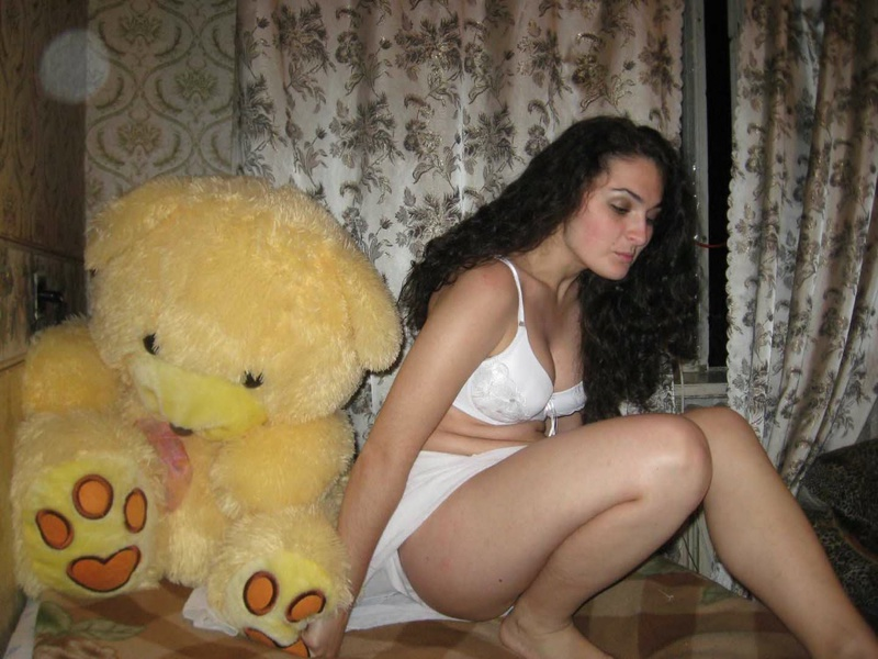 Жена с крепкой попкой раздевается и берет в рот - секс порно фото