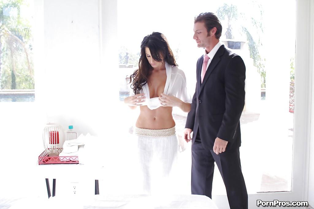 Страстный секс парочки влюблённых на массажном столе - секс порно фото