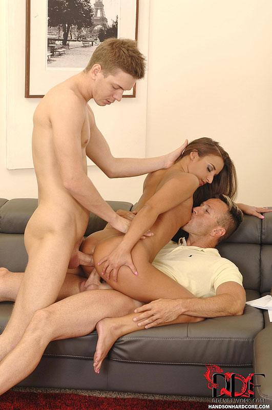 Смуглую телку дерут во все щели два парня на диване - секс порно фото