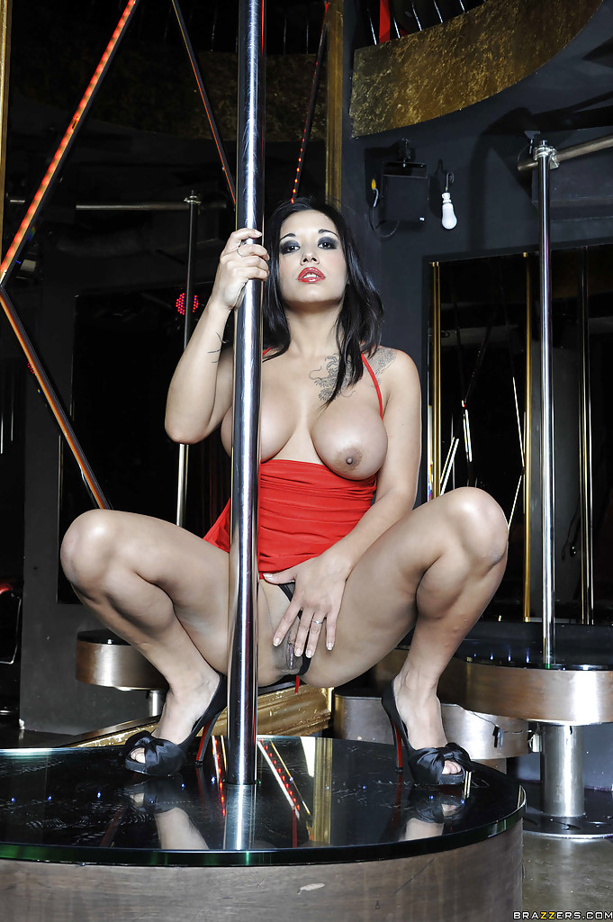 Темноволосая стриптизёрша мастурбирует у шеста - секс порно фото