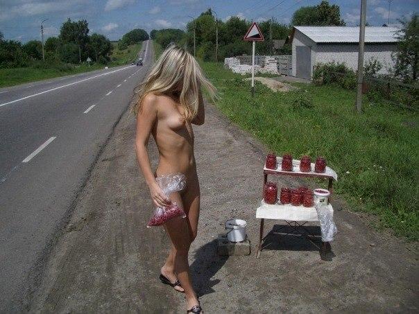 Случайные прохожие фотографируют голых русских девушек на улице и в подъезде - секс порно фото