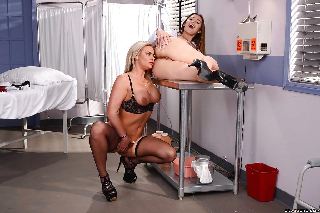 Похотливая пациентка трахается с медсестрой в кабинете - секс порно фото