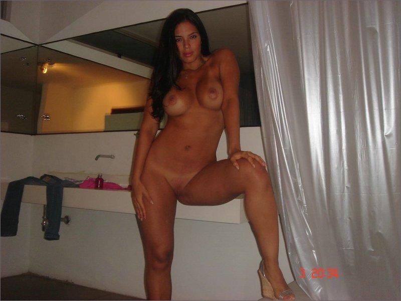 Сосед фотографирует сексуальную брюнетку голой в её спальне - секс порно фото