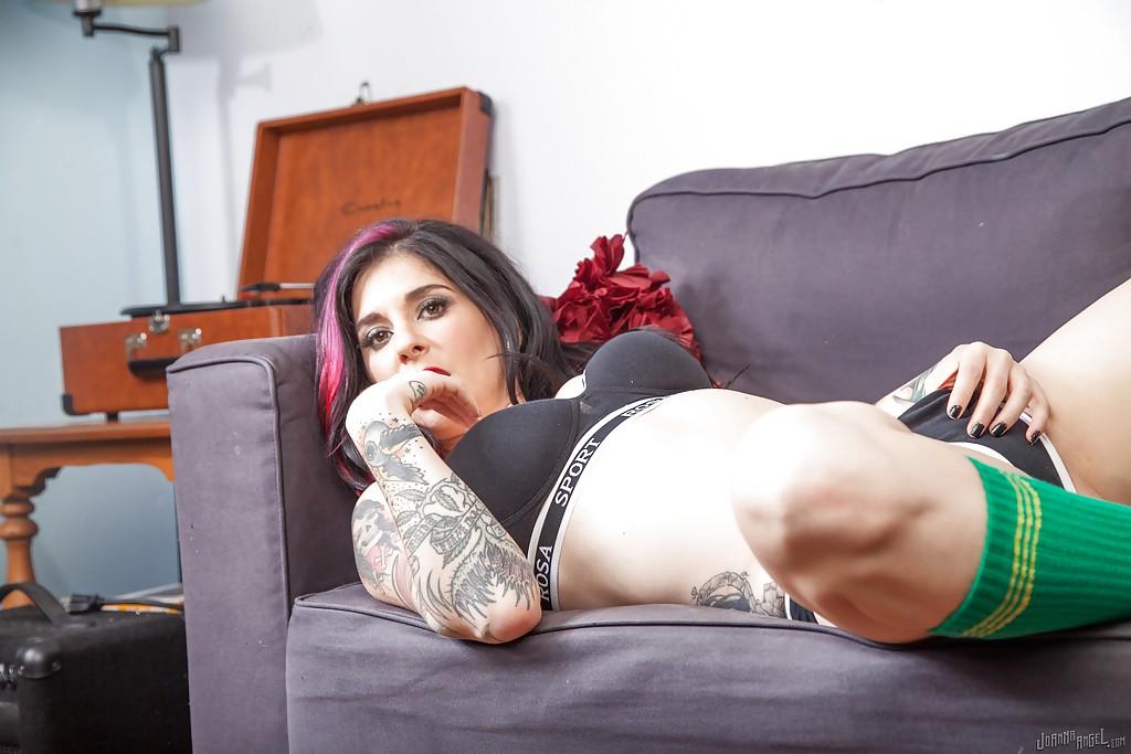 Татуированная неформалка в гольфах позирует на диване - секс порно фото