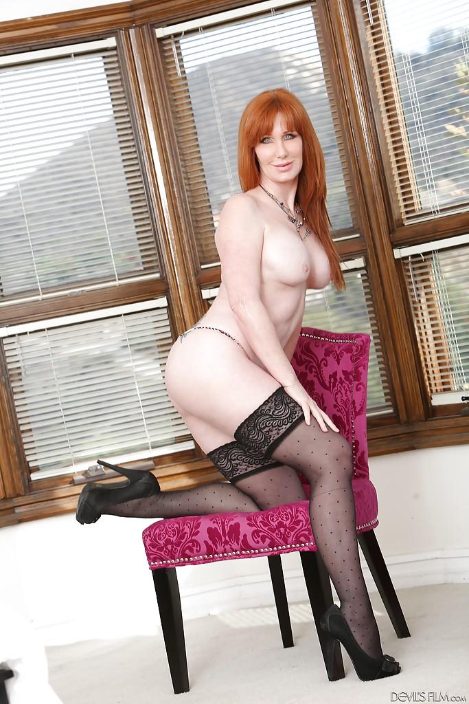Рыжая мамаша в чёрных чулках мастурбирует на стуле и полу - секс порно фото