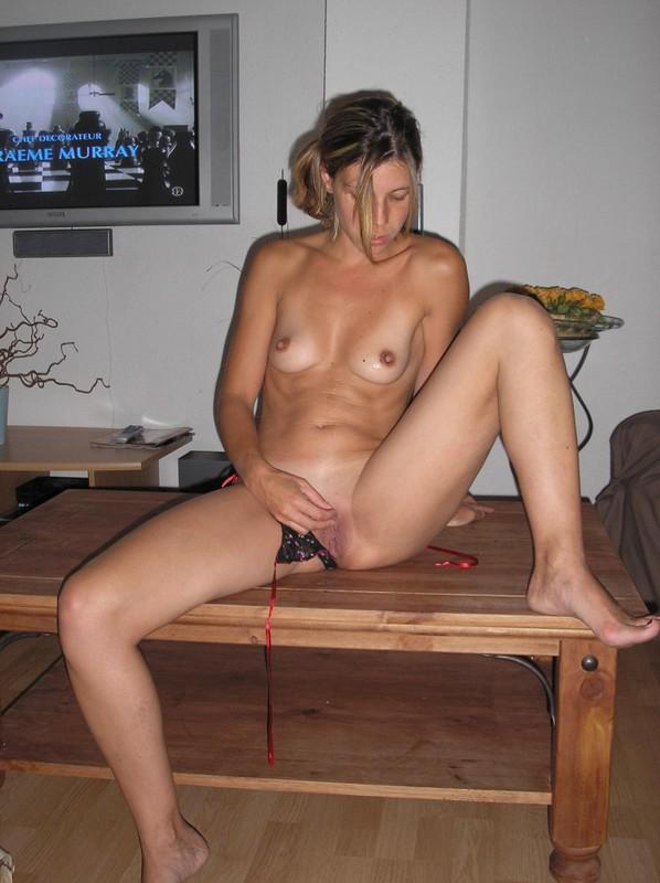 Девушка мастурбирует на журнальном столике - секс порно фото