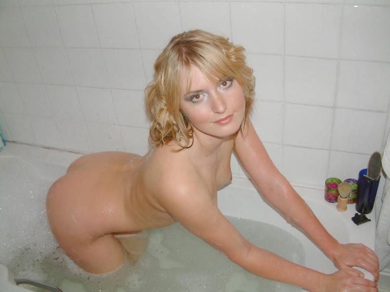Голая блондинка позирует в ванной - секс порно фото