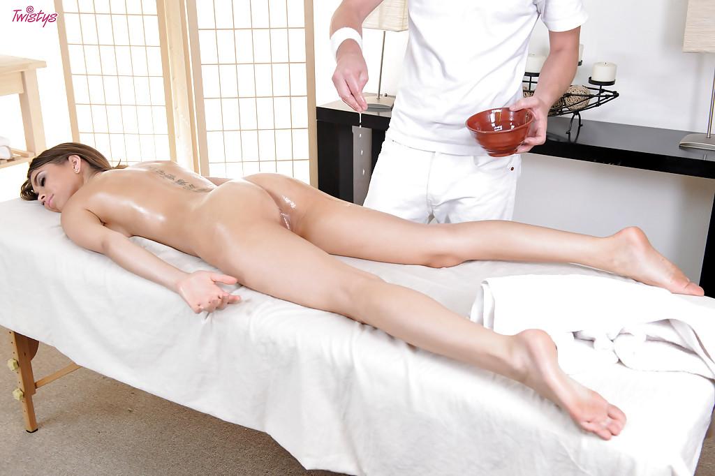 Массажист трахает возбуждённую цыпочку большим членом - секс порно фото