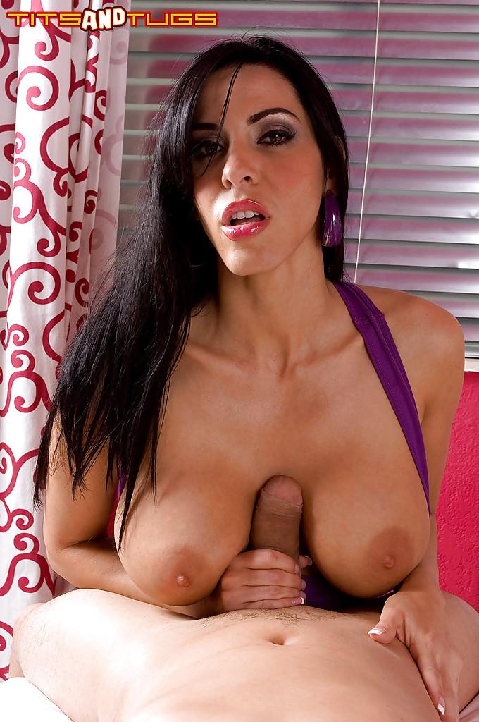 Сексуальная брюнетка дрочит член большими сиськами - секс порно фото