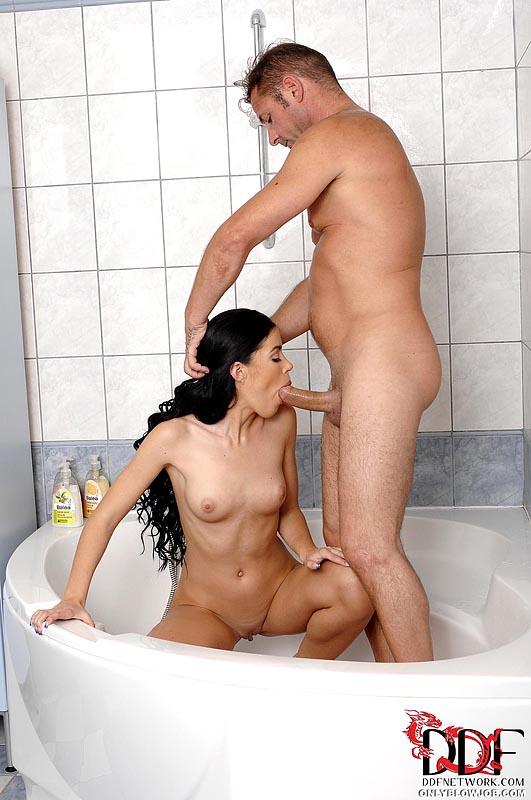 Женатый мужик перед уходом попросил у любовницы минет - секс порно фото