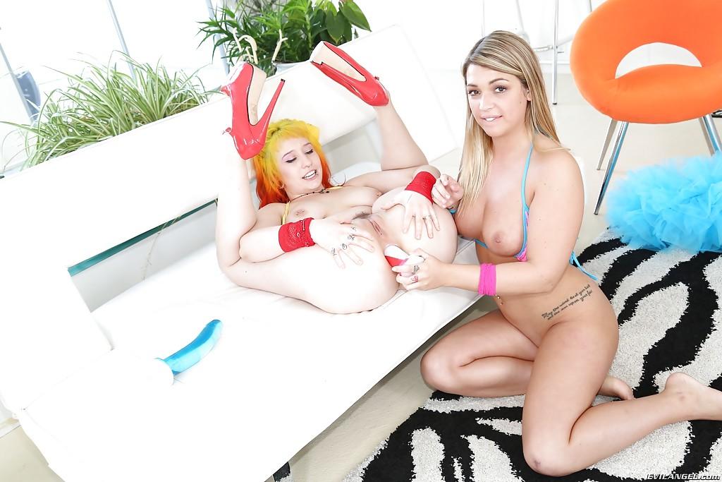 Деваха трахает самотыком в анал подружку с яркими волосами - секс порно фото