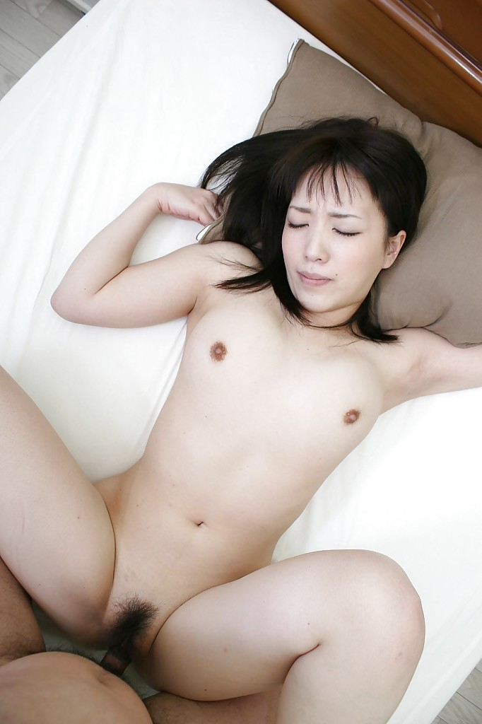 Молодая азиатка удовлетворяет своего парня волосатой киской - секс порно фото