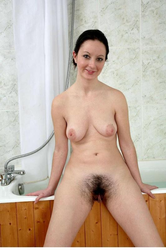 Брюнетка раздвинула волосатую киску в ванной - секс порно фото