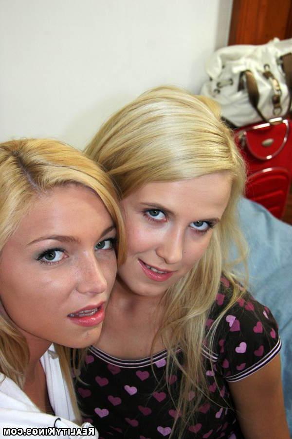 Две блондинки трахаются на кровати с помощью дилдо - секс порно фото