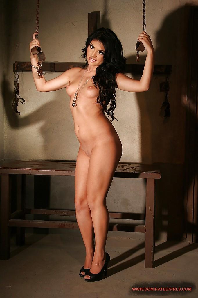 Брюнетка на высоких каблуках разделась в подвале - секс порно фото