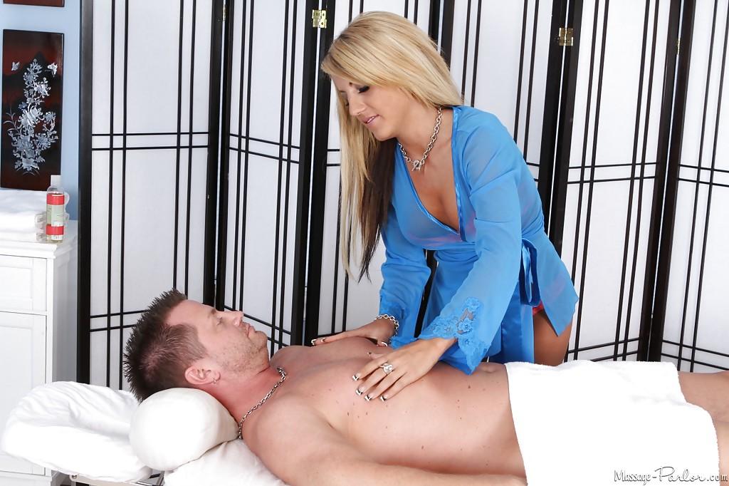 Сексуальная массажистка сделала минет клиенту - секс порно фото