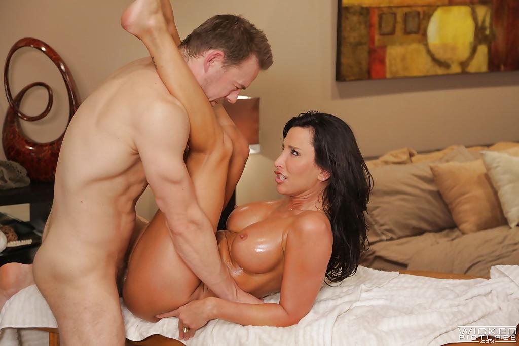 Грудастая баба скачет на здоровом члене массажиста - секс порно фото