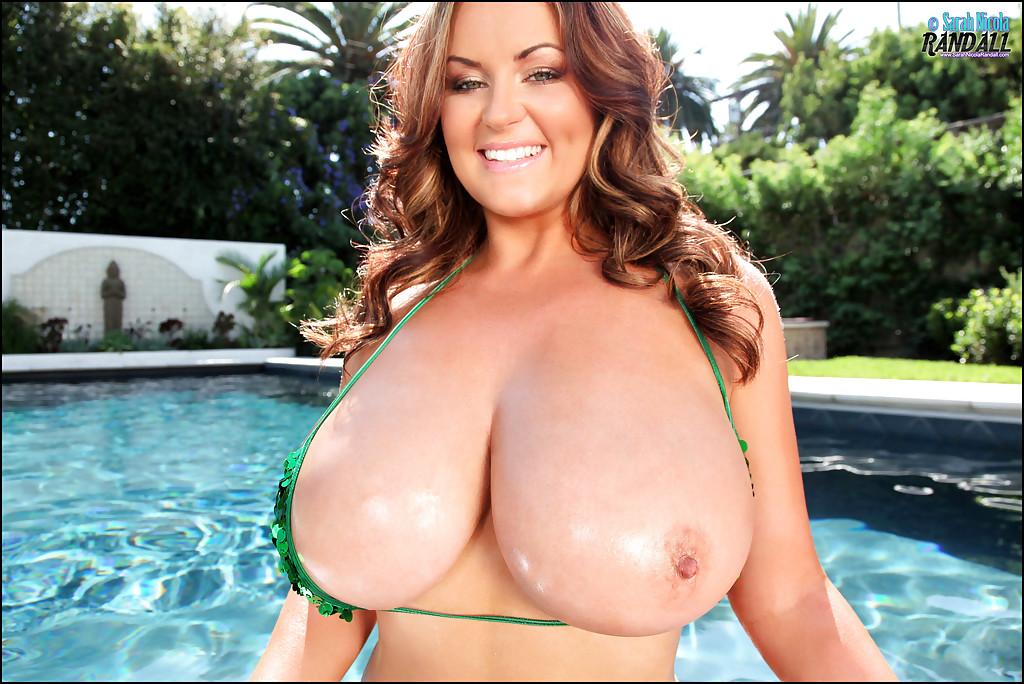 Мамочка в бикини показала большие сиськи в бассейне - секс порно фото