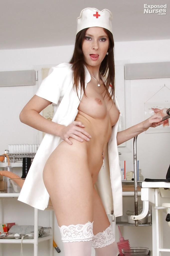 Молодая медсестра показывает розовую киску в кабинете врача - секс порно фото