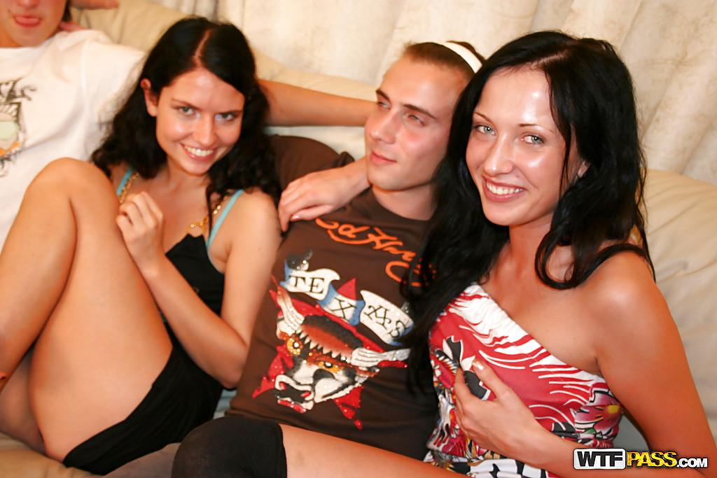 Студенты устроили оргию после успешно сданной сессии - секс порно фото