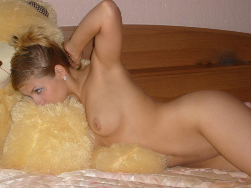 Белокурая жена позирует в эротическом белье - секс порно фото