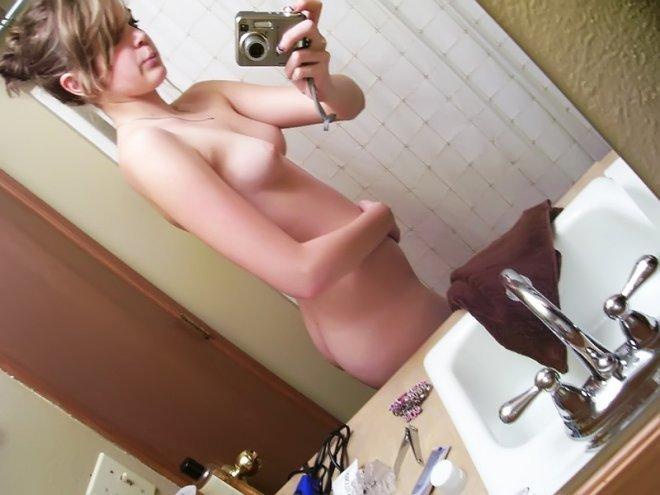 Грудастые телки делают селфи топлес - секс порно фото
