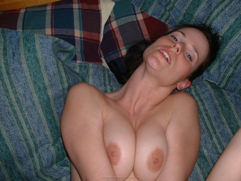 18-летней брюнетке кончил на лицо - секс порно фото