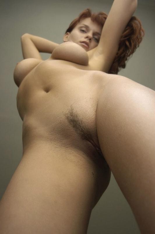 Стройная модель с интимной стрижкой гуляет голая по дому - секс порно фото