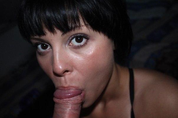 Девушки удовлетворяют парней нежным минетом - секс порно фото