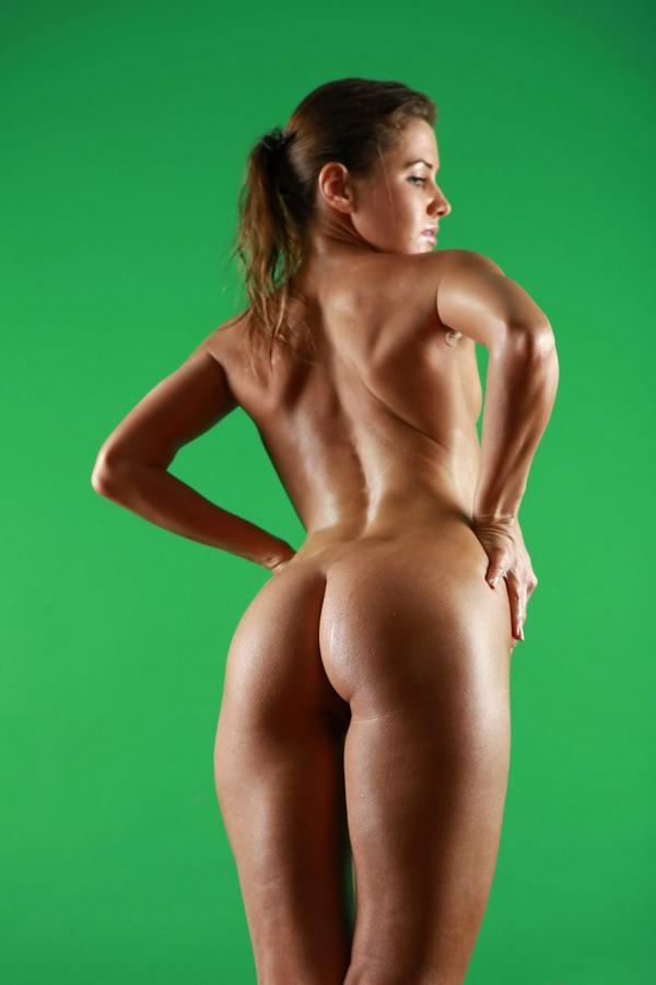 Худышка в масле позирует голой - секс порно фото