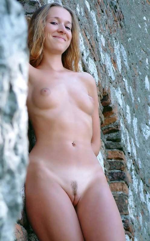Молодая нудистка с интимной стрижкой на природе - секс порно фото