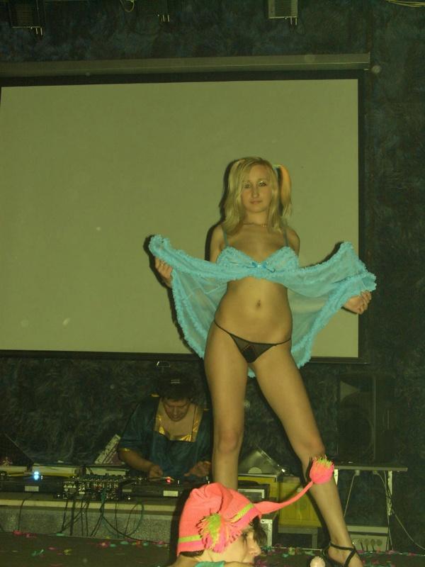 Студентки танцуют стриптиз на вечеринке в клубе - секс порно фото