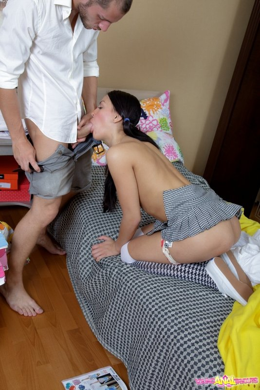 Безотказная студентка позволила трахать себя в обе дырочки - секс порно фото