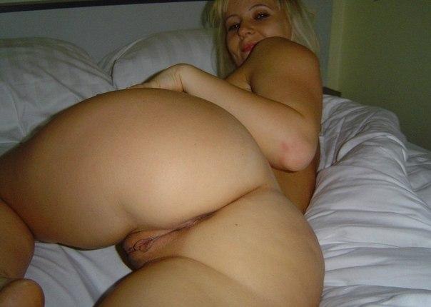 Дамочки в домашней обстановке обнажили вульвы - секс порно фото