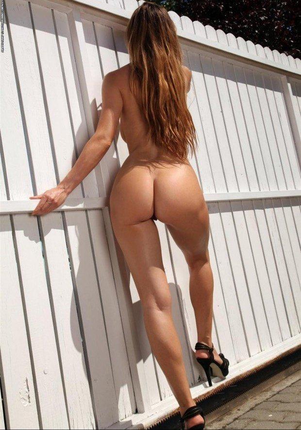 Цыпочки показывают упругие задницы - секс порно фото
